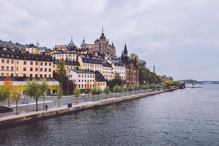 スウェーデン、ストックホルムのソーデルマルム地区に旧市街桟橋建築観の秋。リッダー マリーナと Soder Malarstrand 堤防ストックホルムの街並み。
