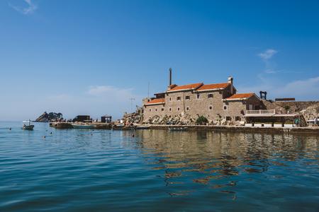 해안 베네치아 요새 저녁 빛, 몬테네그로 - 인기있는 관광 명소에 의해 Petrovac에서 카스텔로. 오래 된 요새, 제방 및 Petrovac에서 부두입니다.