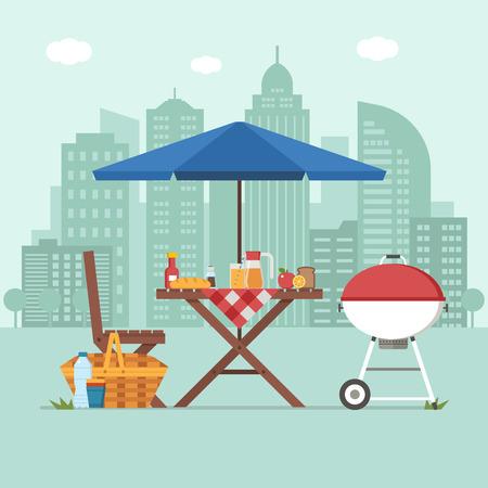 Sommerpicknicktisch auf Stadthintergrund. Familiengrillkonzept mit Picknick-Partyzeug. Grill, Strohkorb und Essen für einen Ausflug im öffentlichen Park.