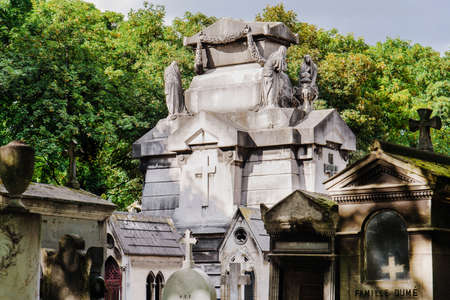 Paris, France - August 10, 2017. Crypt and tombstones at old Montmartre cemetery which opened in 19th century and contains graves of many artists and famous people. 新聞圖片