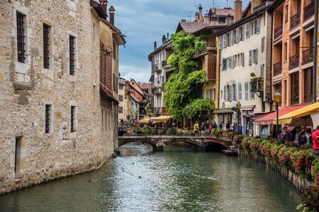Annecy Thiou River and Castle Wall View 에디토리얼
