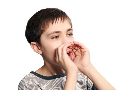 combined: El adolescente gritos en el combinado meg�fono de las manos