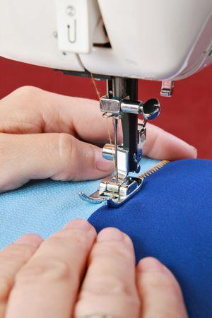 Trabajar en la máquina de coser   Foto de archivo - 7166738