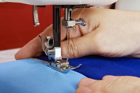 maquina de coser: Grapado tejido usando la m�quina de coser   Foto de archivo