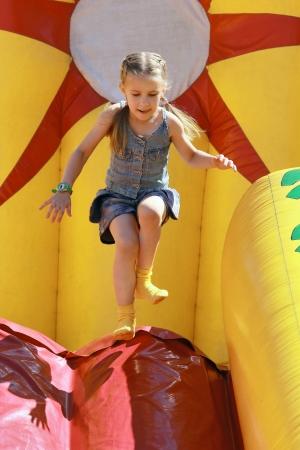 Sauts fille joyeuse sur les attractions gonflables Banque d'images - 10072572