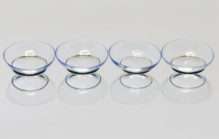 hyperopia: Quattro lente a contatto morbida sulla superficie dello specchio