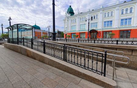 Editorial.Russia, Siberia, la ciudad de Omsk, 12 de mayo de 2017. Una rampa para sillas de ruedas del complejo de paradas en la calle Lenin Foto de archivo - 78042542