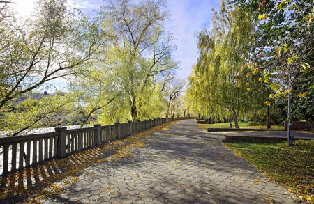 Autumn alley in the old park in the Siberian city of Omsk Foto de archivo