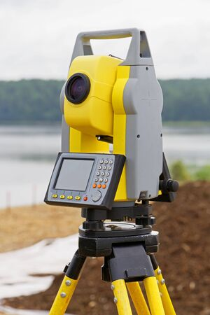 The total station is installed on a tripod, use in the field to determine the coordinates Foto de archivo