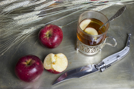Autumn breakfast with a glass of tea and apples Stockfoto