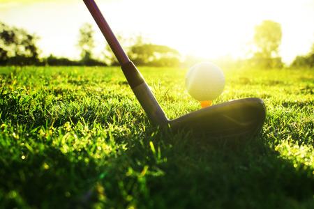 Mazze da golf e palline da golf su un prato verde in un bellissimo campo da golf con il sole mattutino.Pronti per il golf nel primo breve.Sport che le persone di tutto il mondo praticano durante le vacanze per la salute.