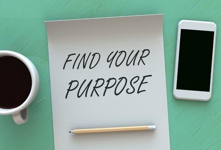 proposito: Encuentra tu Propósito, mensaje en el papel, teléfono inteligente y café en la mesa Foto de archivo