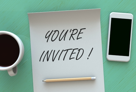 Jesteś zaproszony, wiadomość na papierze, inteligentny telefon i kawa na stole, renderowanie 3D
