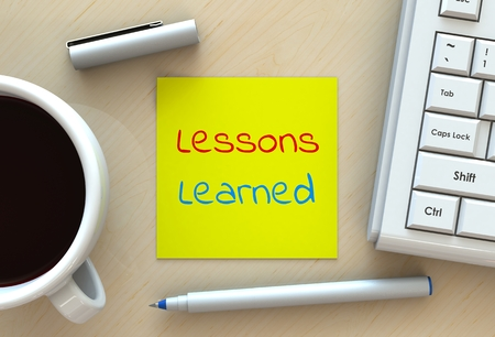 cuadro sinoptico: Las lecciones aprendidas, mensaje en el papel de nota, la computadora y café en la tabla, 3D Foto de archivo