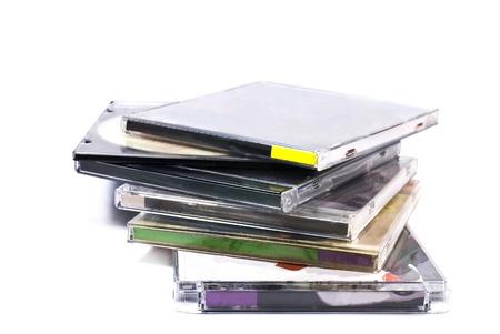 白で隔離されるコンパクト ディスクのプラスチック ケース