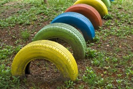 놀이터에서 다채로운 페인트로 된 오래된 타이어 스톡 콘텐츠 - 14373933