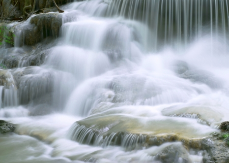 flujo: cascada en el parque nacional tailand�s