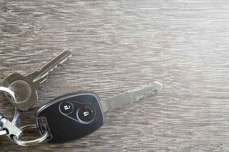 The car keys on wooden floor. Banque d'images