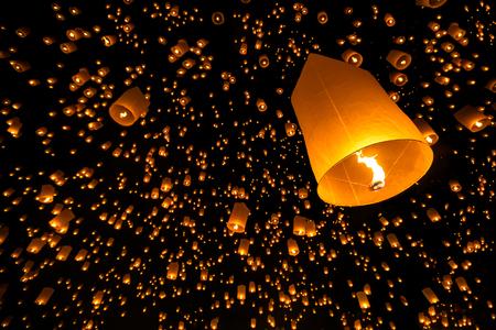 フローティング ランタン李鵬花火祭チェンマイ タイ