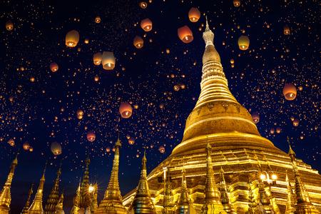 Shwedagon pagode met larntern in de lucht, Yangon Myanmar