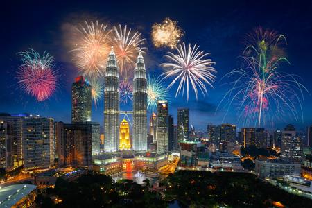 Vuurwerk over Stad van Kuala Lumpur, Maleisië skyline Stockfoto
