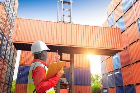 職長コントロール ロジスティック インポート エクスポート背景、ビジネス物流概念のトラックにコンテナーのボックスをロード