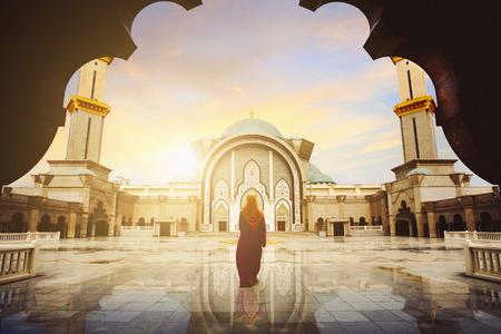 Maleisische moskee met moslim bid in Maleisië, vrouwelijke Maleisische moslim bidden in moskee, Kuala Lumpur Maleisië Stockfoto - 75860184