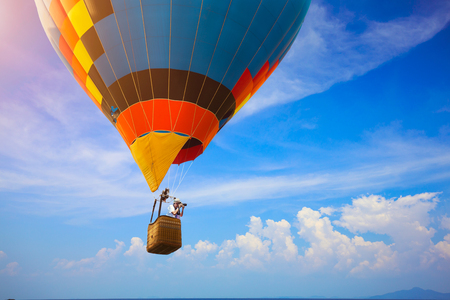 Travel hot air balloon flying over mountain Stockfoto