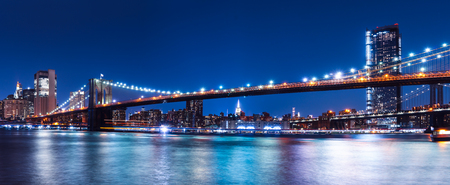Brooklyn bridge with New York City view to Manhattan skyline at night Banco de Imagens