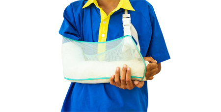 Students receive accident broken arms. Put a plaster cast that arm to help heal the injury. Banco de Imagens