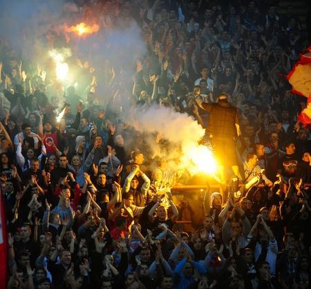 赤い星ベオグラードと Cukaricki の間のセルビアの選手権のサッカーの試合中に花火を使用して目的を祝っているセルビア、ベオグラード - 2014 年 4 月  報道画像