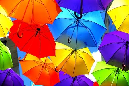 lluvia paraguas: Cielo, decorado con paraguas de colores Foto de archivo
