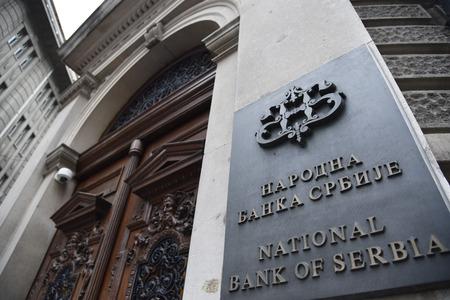 베오그라드, 세르비아 - 2016 년 8 월 10 일 : 2016 년 8 월 10 일 베오그라드 중심부의 세르비아 수도 인 Kralja Petra 지구의 세르비아 국립 은행 서명
