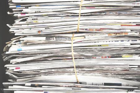 Pile de papier journal, texture de fond. Beaucoup de revues rétro avec des titres, des articles et des photos