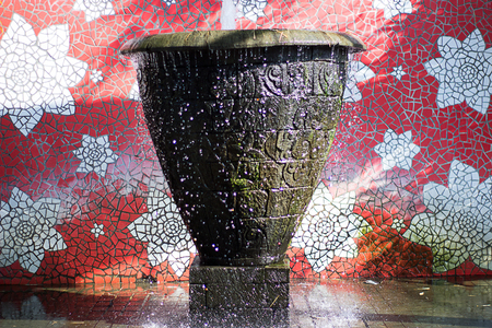 Flowing splashing water fountain with summer sunlight wallpaper Imagens