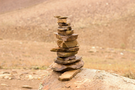 Stone balance with the background of a high mountain in India Imagens