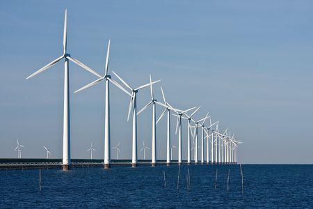 Windmolens langs de dijk in Nederland Stockfoto - 5077025