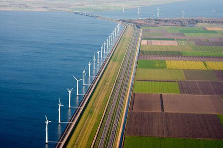 Luchtfoto van de Nederlandse landbouwgrond met windmolens langs de dijk