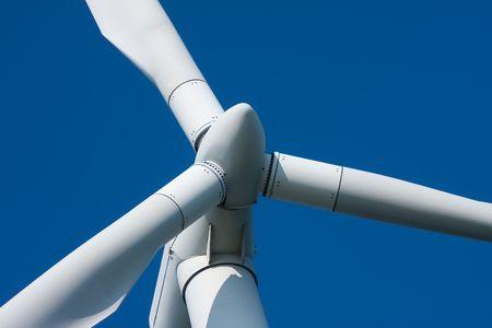 青い空を背景に巨大な風車のクローズ アップ