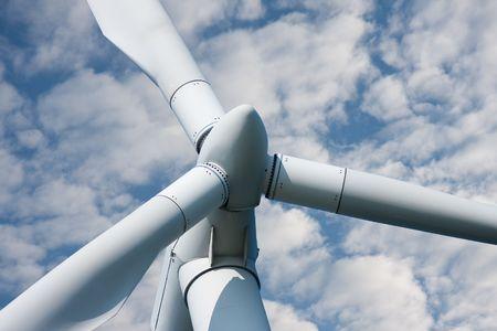Close-up van een grote wind molen tegen een bewolkte hemel  Stockfoto