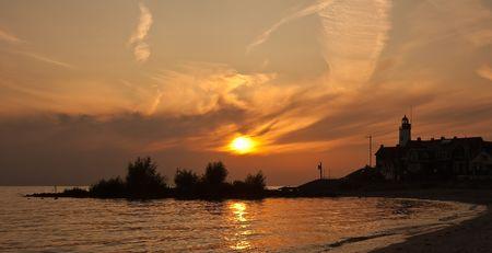 Prachtige zons ondergang in het vissers dorp Urk, Nederland