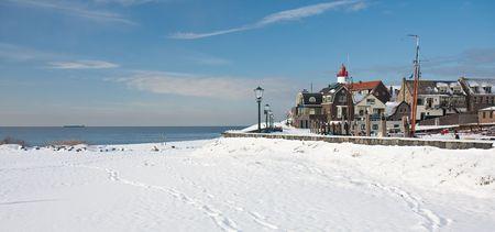 Oude Nederlandse visserij dorp gezien in de winter van het strand