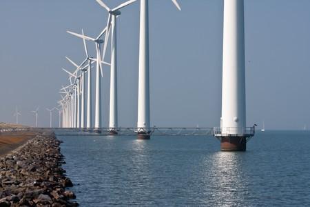 オランダの海に立っている風車の長い行