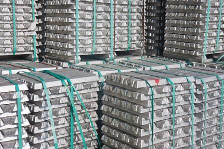 Stapel van aluminium bakstenen wachten voor vervoer naar de fabriek Stockfoto - 8048979