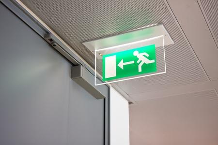 emergencia: se�al de salida de emergencia en un edificio