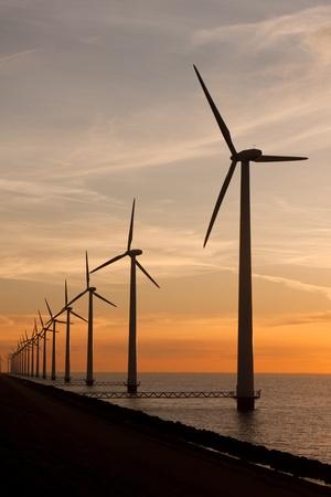 Lange rij windmolens in de zee Stockfoto - 9956512