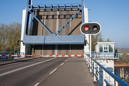 Geopend basculebrug in Nederland met een rood stopbord Stockfoto - 11118763