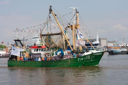fischerei: Urk, Niederlande - 19. Mai: Ein geschm�ckter Angeln Schiff verl�sst den Hafen w�hrend eines Nationalen Fischerei Festivals