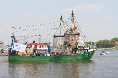 fischerei: Urk, Niederlande - 19. Mai: Ein Schiff wird geschm�ckt Angeln Verlassen des Hafens w�hrend einer nationalen Fischereipolitik Festival