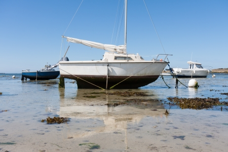 ebb: Small boats at ebb tide in Brittany, Franc Stock Photo